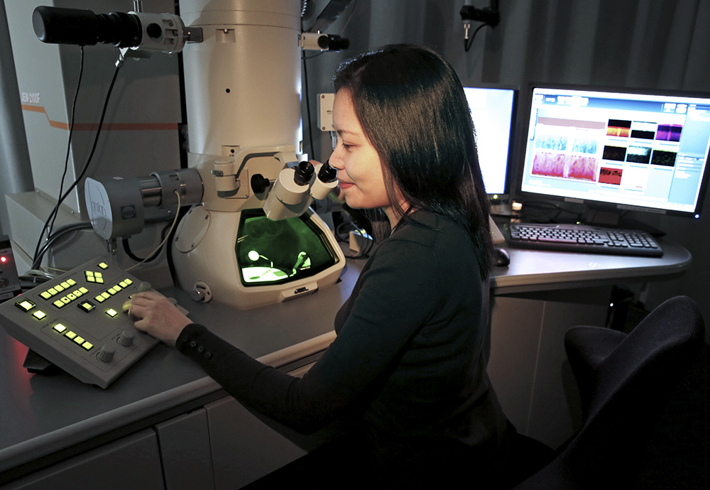 Researcher working in the lab at UiO. Photo